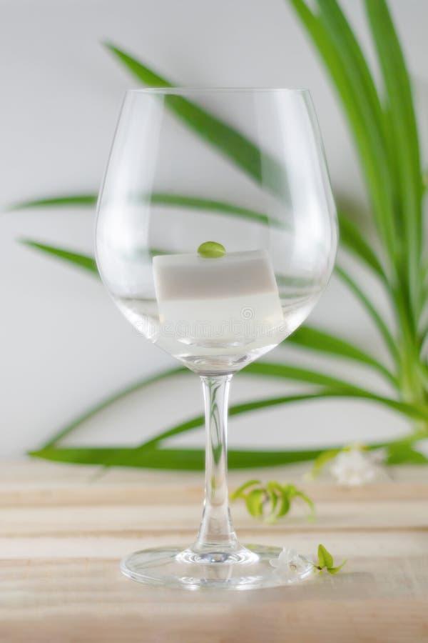 Geleia de leite do coco no vidro de vinho, nos doces que cont?m o p? da geleia, no a??car e no leite de coco fotografia de stock