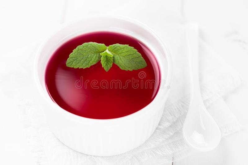 Geleia vermelha com folha da hortelã foto de stock royalty free
