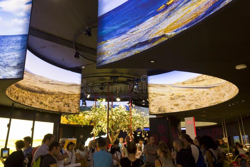 Geleid om het scherm binnen het Paviljoen van Kazachstan stock afbeeldingen