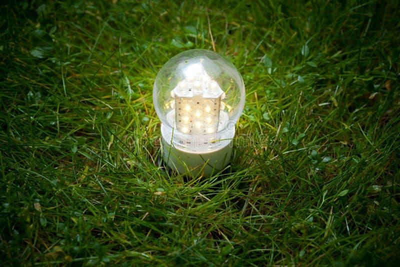 Geleide lamp op het gras royalty-vrije stock afbeeldingen
