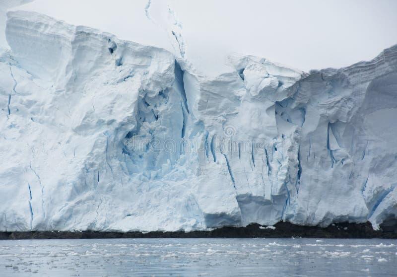 Geleira azul na península da Antártica fotos de stock