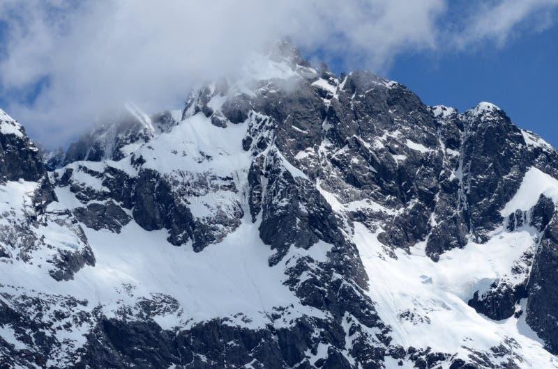 A geleira cobriu o pico de montanha, parque nacional de Fiordland foto de stock royalty free