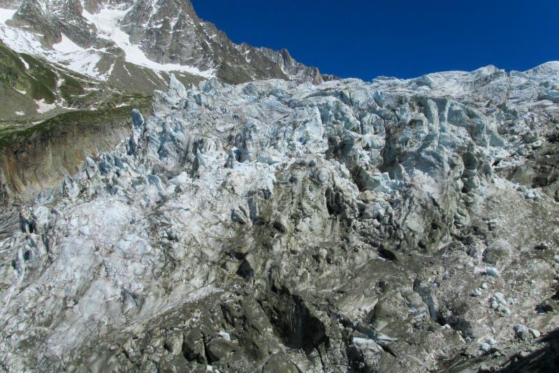 Geleira da montanha com quebras fotos de stock