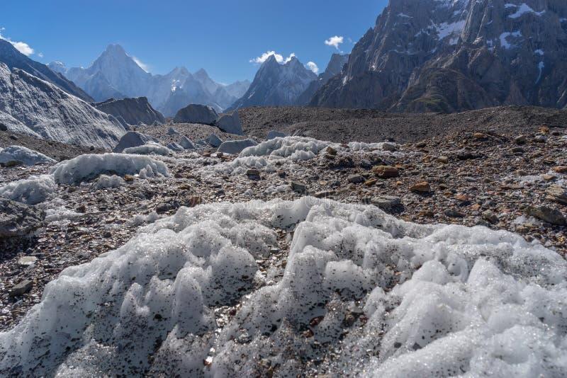 Geleira de Baltoro com fundo da montanha do maciço de Gasherbrum, K2 t foto de stock