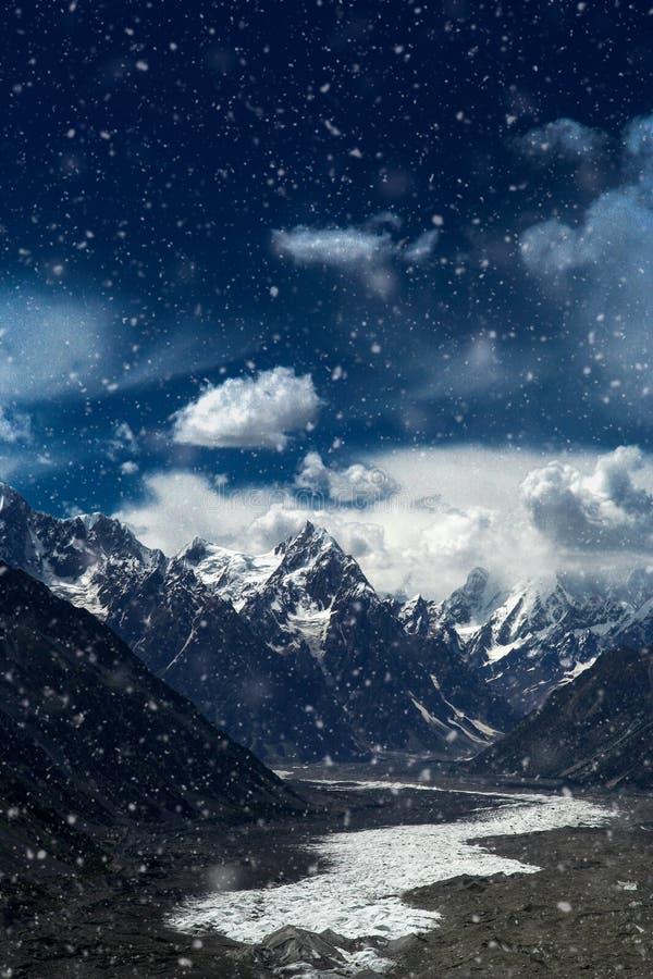Geleira de Batura durante a queda de neve fotos de stock royalty free