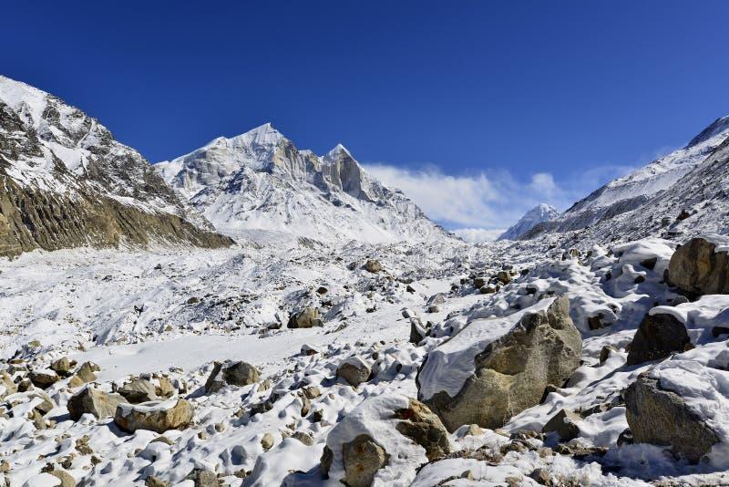 Geleira de Gangotri com picos de Bhagirathi em Garhwal imagem de stock