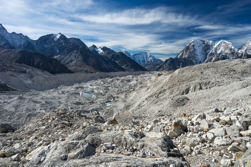 A geleira de Khumbu e as montanhas de Himalaya ajardinam, região de Everest, fotos de stock