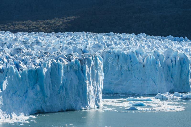 Geleira de Perito Moreno, geleira azul do burg do gelo que derrete-se ao lago azul do aqua no parque nacional do Los Glaciares, S imagem de stock