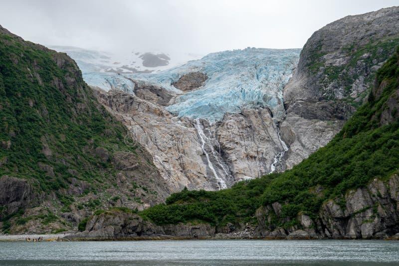 Geleira de suspensão da geleira alpina acima da água no parque nacional dos fiordes de Kenai em Alaska imagens de stock royalty free