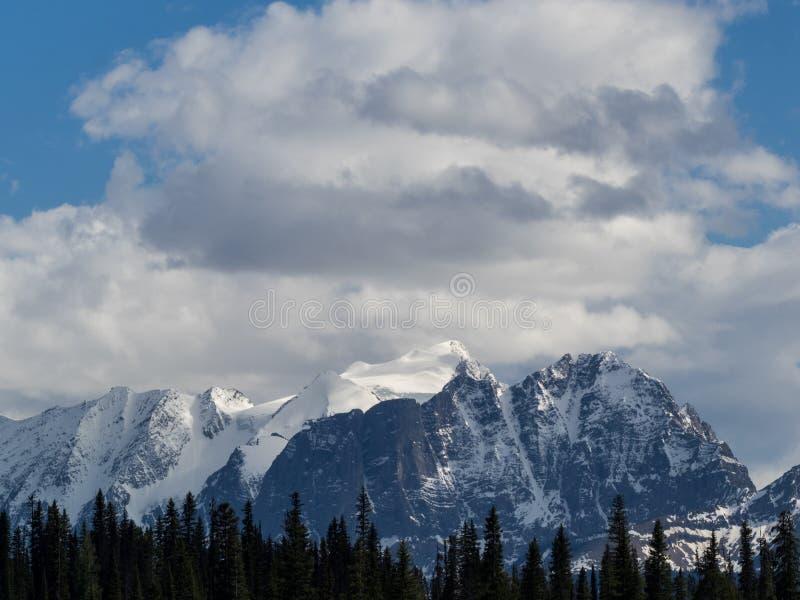 Geleira e picos de montanha tampados neve imagem de stock