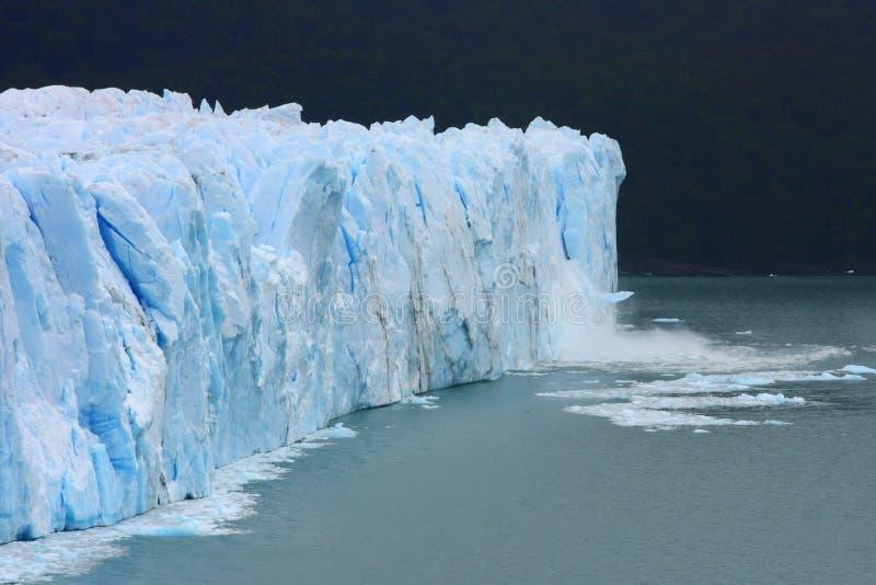 A geleira em Argentina que derrete devido ao aquecimento global como pedaços grandes do gelo está interrompendo imagens de stock royalty free