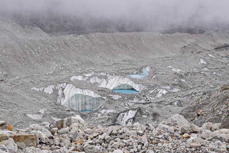 Geleiras de derretimento perto da parte superior do acampamento base de Everest devido ao aquecimento global fotos de stock