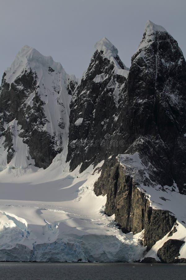 Geleiras e picos de montanha de Continente antárctico fotos de stock royalty free