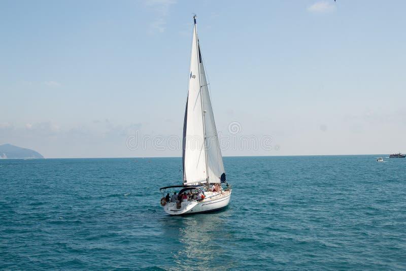 Gelendzhik, Ρωσία μια βάρκα με ένα πανί στη θάλασσα στοκ φωτογραφίες