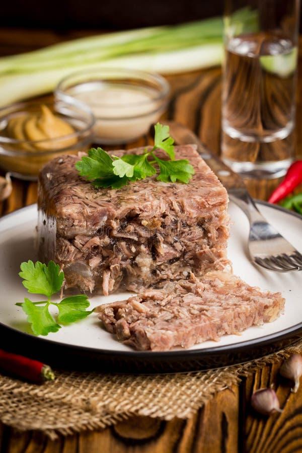 Gelez avec de la viande, aspic de boeuf, plat russe traditionnel, la partie o photographie stock