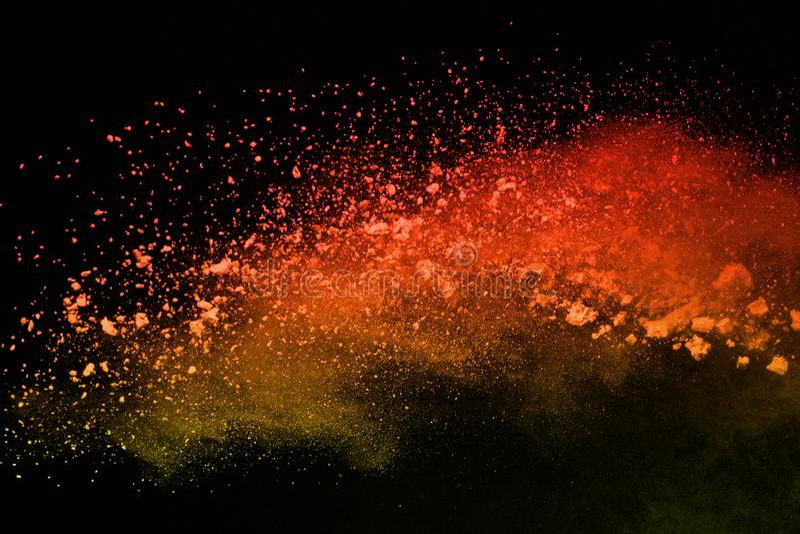 Gelez le mouvement de la poudre colorée éclatant sur le fond noir image stock