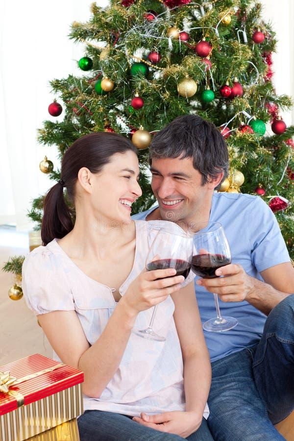 Geliebte, die Wein am homa zur Weihnachtszeit trinken stockfoto