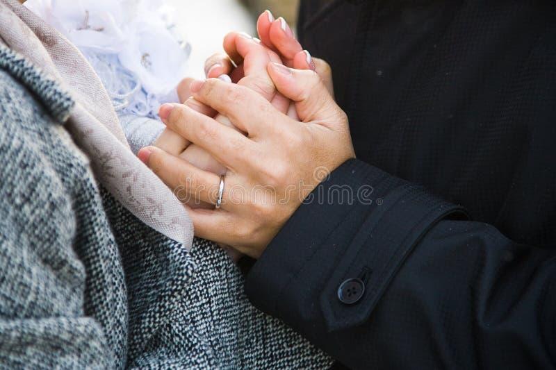 Geliebtpaar-Holdinghände stockbild