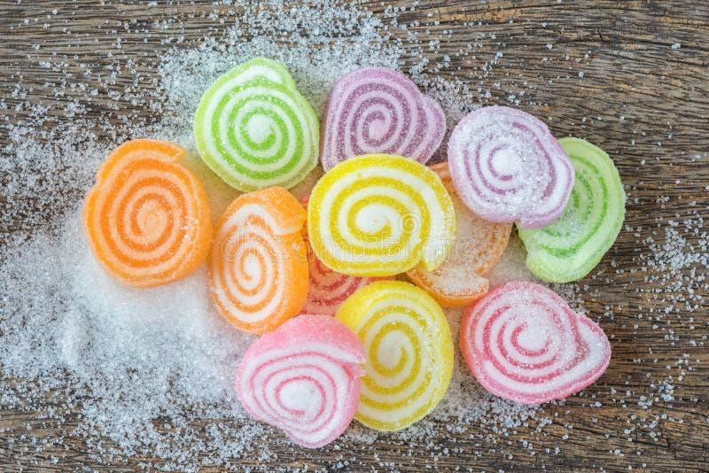 Gelieren Sie Bonbon, Aromafrucht, der Süßigkeitsnachtisch, der auf hölzernem bunt ist stockfotografie
