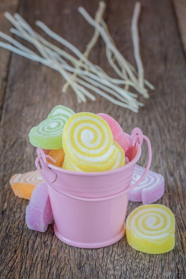 Gelieren Sie Bonbon, Aromafrucht, der Süßigkeitsnachtisch, der auf hölzernem bunt ist stockfotos