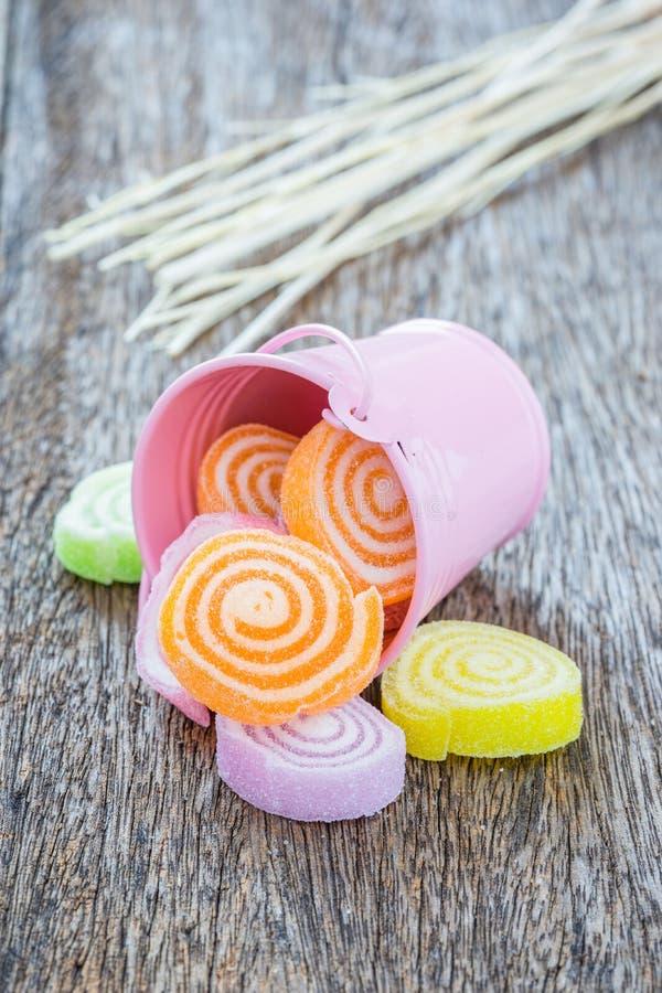 Gelieren Sie Bonbon, Aromafrucht, der Süßigkeitsnachtisch, der auf hölzerner Rückseite bunt ist lizenzfreie stockfotos