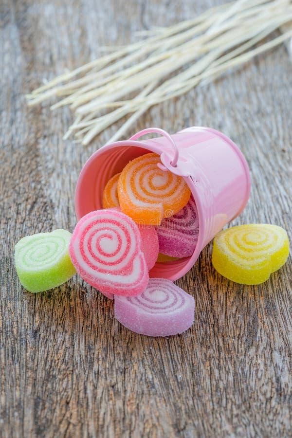 Gelieren Sie Bonbon, Aromafrucht, der Süßigkeitsnachtisch, der auf hölzerner Rückseite bunt ist lizenzfreie stockbilder