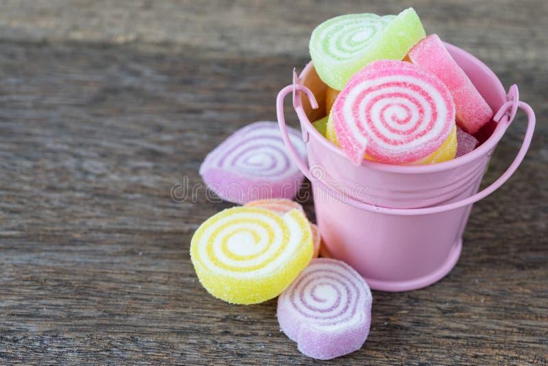Gelieren Sie Bonbon, Aromafrucht, der Süßigkeitsnachtisch, der auf hölzerner Rückseite bunt ist stockfoto