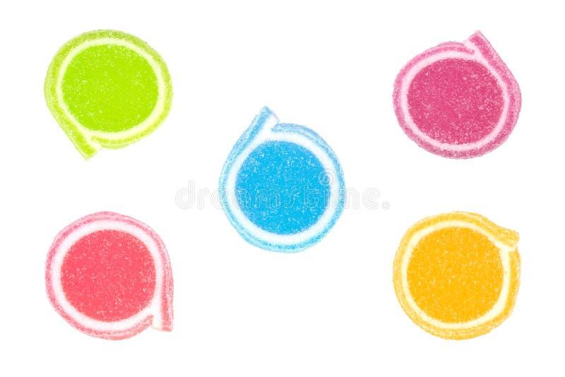 Gelieren Sie Bonbon, Aromafrucht, der Süßigkeitsnachtisch, der auf weißem backg bunt ist stockfoto
