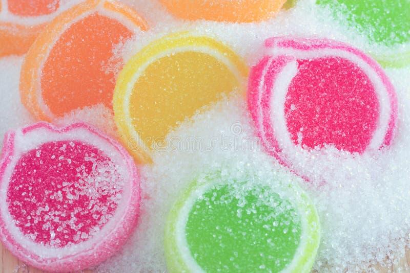 Gelieren Sie Bonbon, Aromafrucht, der Süßigkeitsnachtisch, der auf Zucker bunt ist lizenzfreies stockbild