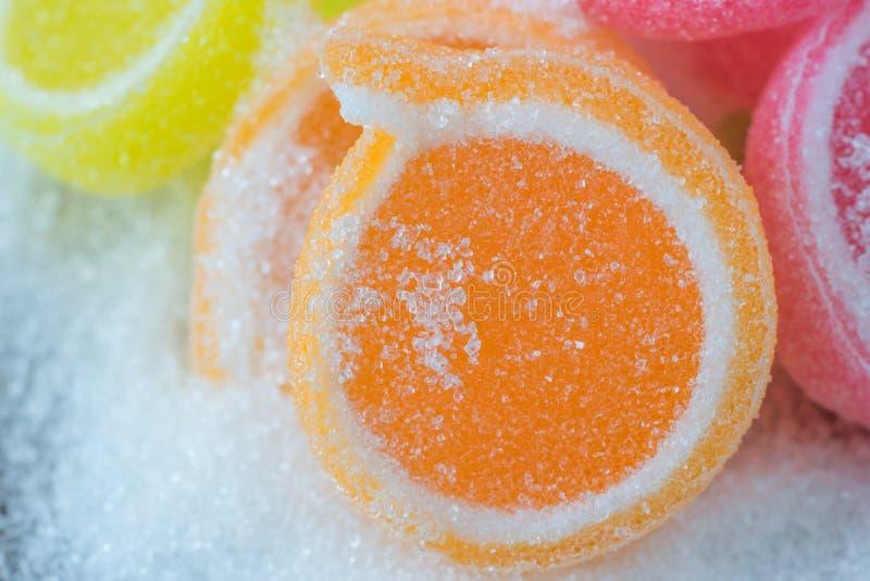 Gelieren Sie Bonbon, Aromafrucht, der Süßigkeitsnachtisch, der auf Zucker bunt ist stockbild