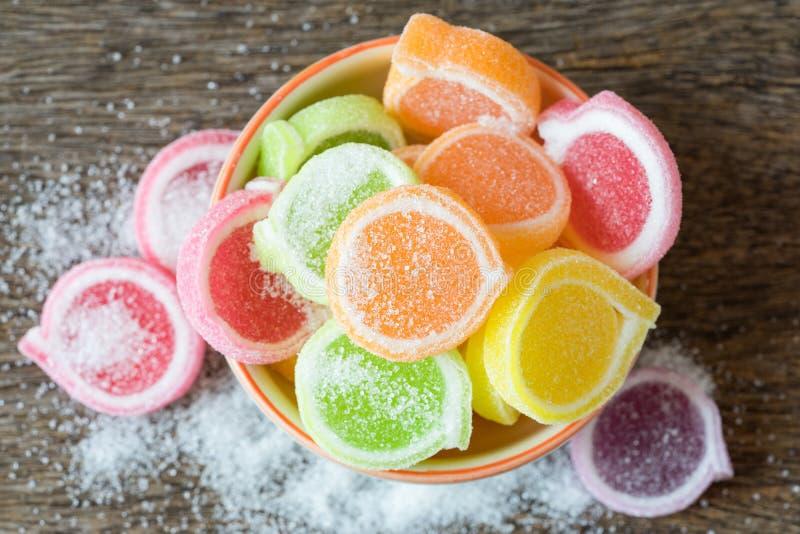 Gelieren Sie Bonbon, Aromafrucht, der Süßigkeitsnachtisch, der im keramischen Bogen bunt ist stockbild