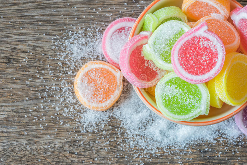 Gelieren Sie Bonbon, Aromafrucht, der Süßigkeitsnachtisch, der im keramischen Bogen bunt ist lizenzfreie stockfotografie