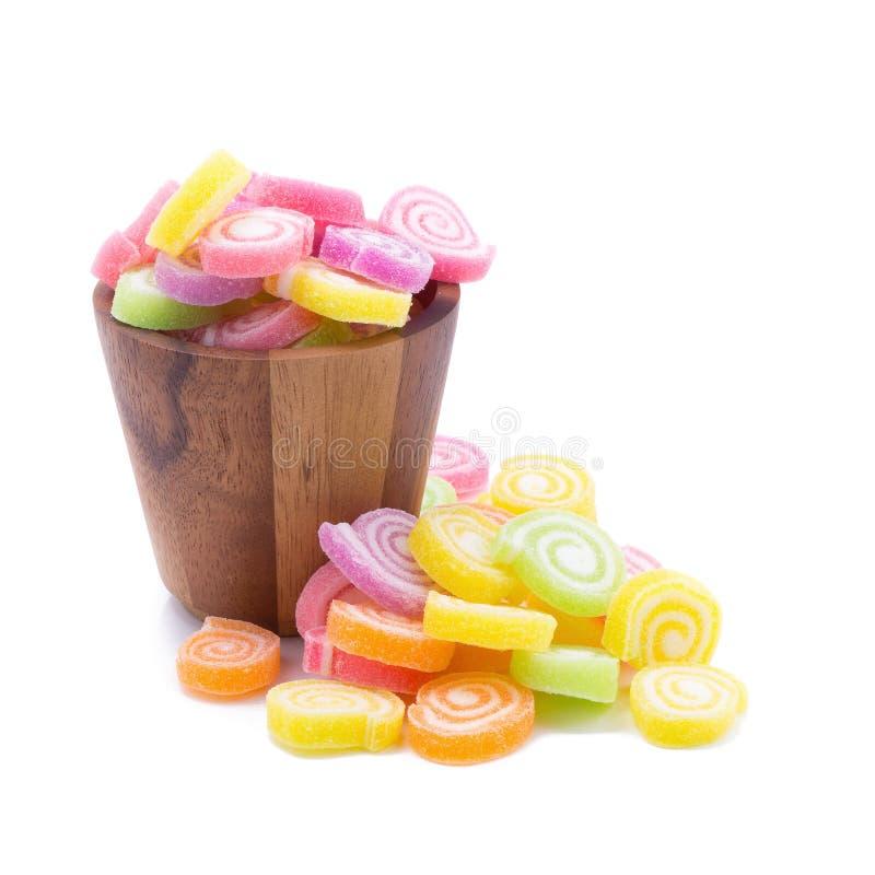Gelieren Sie den süßen Aromafrucht-Süßigkeitsnachtisch, der in den hölzernen Schüsseln bunt ist stockfotografie