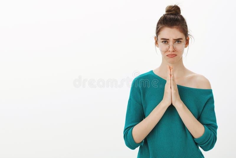 Gelieve darlking help uit me Portret van sombere droevige leuke vrouw met broodjeskapsel in glazen, het mokken, die lippen neer t stock afbeelding