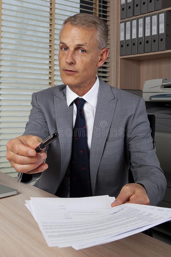 Gelieve te ondertekenen het contract stock foto