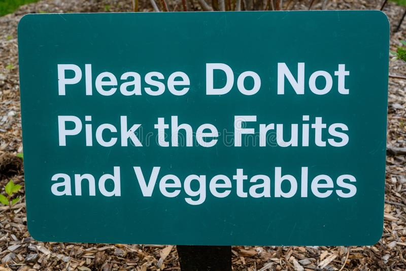Gelieve te plukken niet de vruchten en de groenten stock afbeelding
