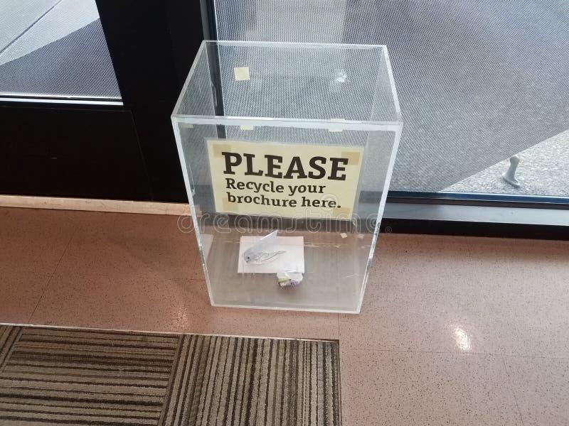 Gelieve te recycleren uw brochure hier ondertekenen op plastic vakje royalty-vrije stock foto's
