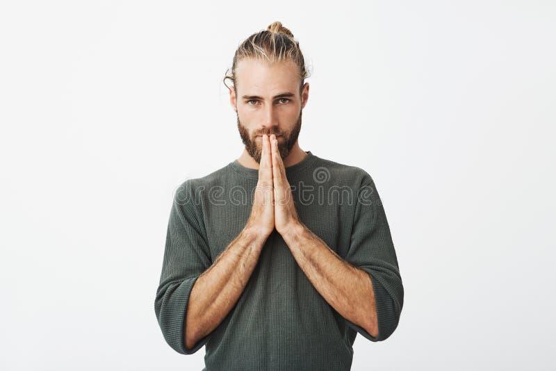Gelieve te vergeven me Ongelukkige mooie Zweedse mens met treurige uitdrukkings dringende handen samen voor hem royalty-vrije stock foto