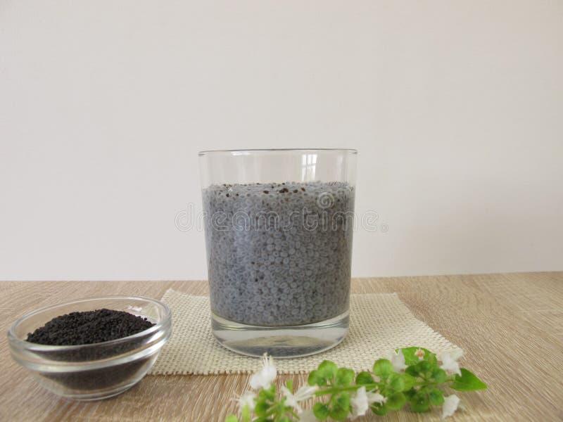 Gelifichi la bevanda dai semi e dall'acqua inzuppati del basilico del superfood fotografia stock libera da diritti