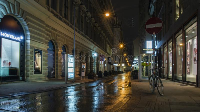 Gelijk makend bij de straat na regen in Wien, Oostenrijk royalty-vrije stock foto's