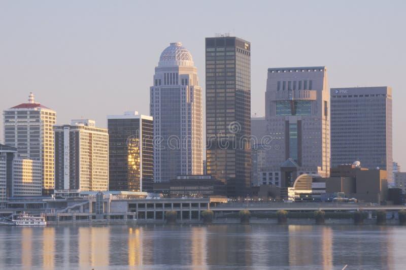 Gelijk makend op de Rivier van Ohio en de horizon van Louisville, KY van Indiana worden geschoten dat stock foto