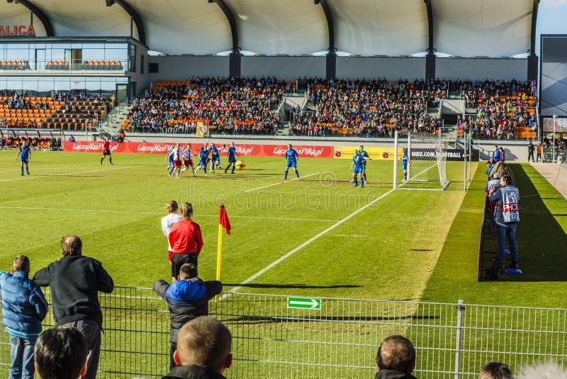 Gelijkevertegenwoordiging van Pools en IJsland in de voetbal van vrouwen stock foto