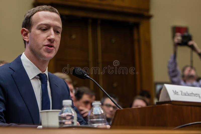 Gelijkstroom: FACEBOOK CEO MARK ZUCKERBERG GETUIGT VOOR HET CONGRES VAN DE V.S. stock foto