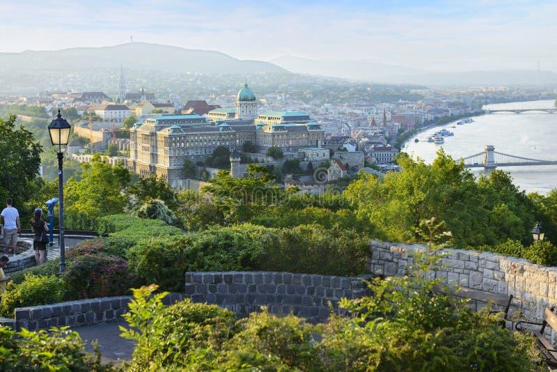 Gellert Hügel- und Buda-Schloss am Abend. Budapest. Ungarn stockfoto