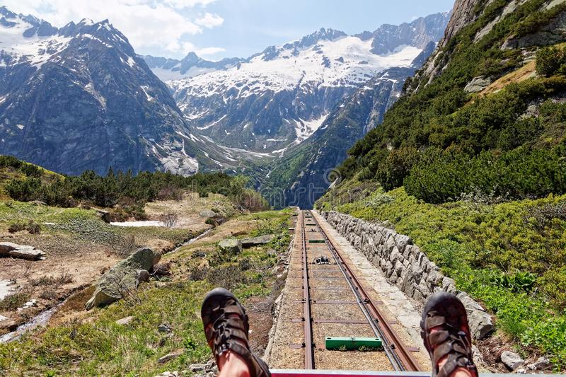 Gelmer Funicular com vista ao vale Haslital imagens de stock