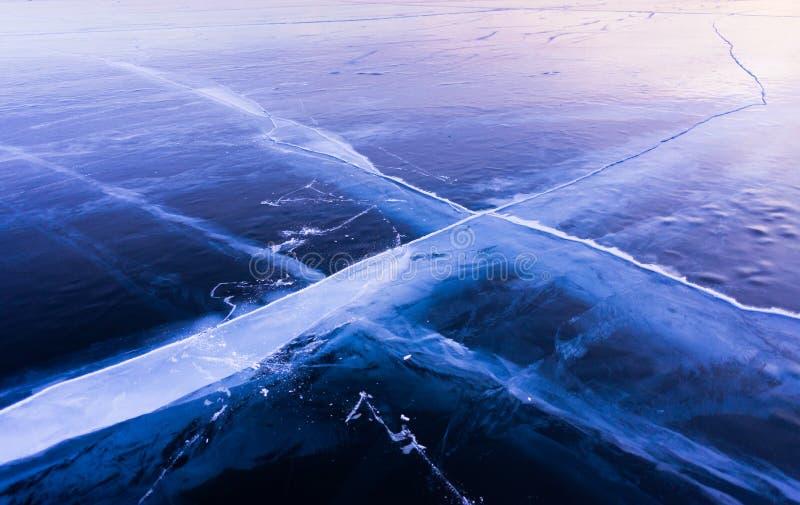 Gelo azul e frio do Lago Baikal Gelo escuro fotografia de stock royalty free