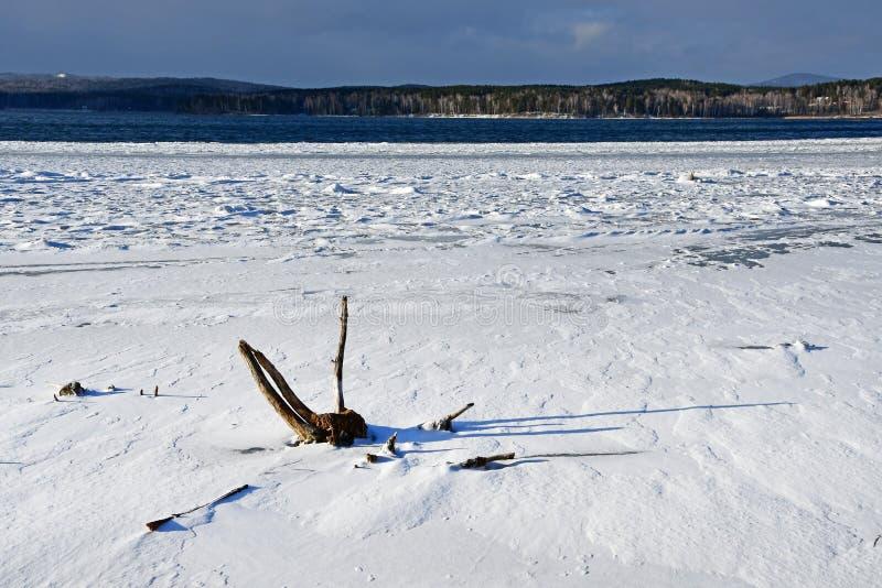 Gelo coberto de neve no lago Uvildy no outono atrasado Ural sul, região de Chelyabinsk, Rússia imagens de stock