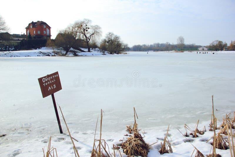 Gelo com cuidado fino no rio do ` do explorador de saída de quadriculação fotografia de stock royalty free