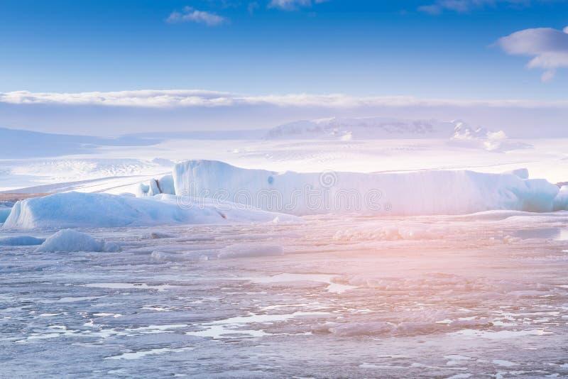 Gelo congelado do lago da água que beaking com fundo do céu azul, Islândia fotos de stock royalty free