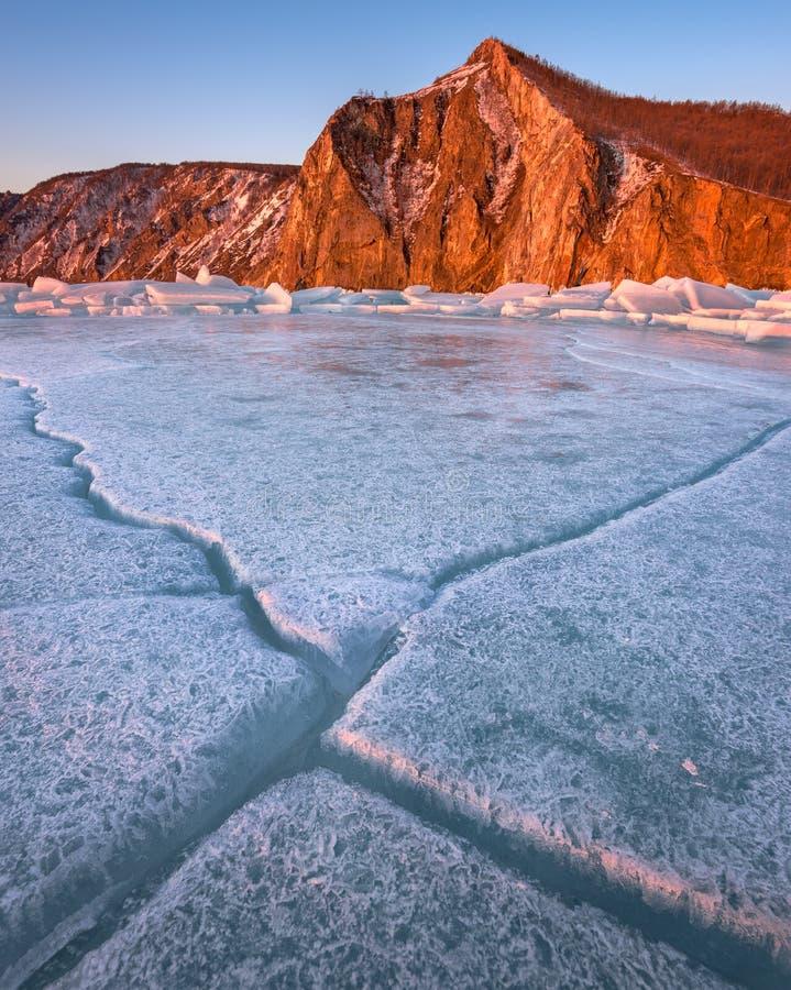 Gelo de Baikal e baía Uzur na manhã, ilha de Olkhon, lago Baik fotografia de stock